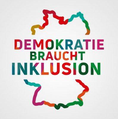 """Das Logo des Beauftragten der Bundesregierung für die Belange von Menschen mit Behinderungen: eine schematische Darstellung der BRD. Die Umrisse des Landes sind in verschiedenen Farben gestaltet. In der Mitte steht in bunten Großbuchstaben: """"Demokratie braucht Inklusion"""""""